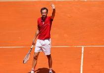Даниил Медведев выиграл свой первый матч в одиночном разряде после того, как выздоровел от коронавируса. Во втором круге Madrid Open он обыграл испанца Алехандро Давидовича Фокина  (4:6, 6:4, 6:2). Выиграть хотя бы один матч на грунте – это было его целью, и цель достигнута. «МК-Спорт» рассказывает, почему Медведев теперь любит грунт.
