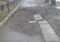 Омские коммунальщики «перепахали» тротуар в городке Нефтяников