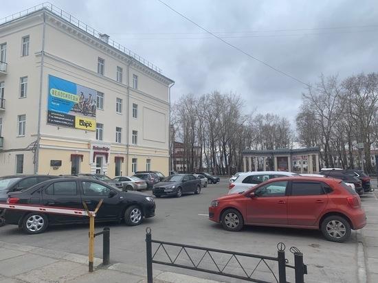 Автостоянки у офисных зданий в центре города заполнены машинами