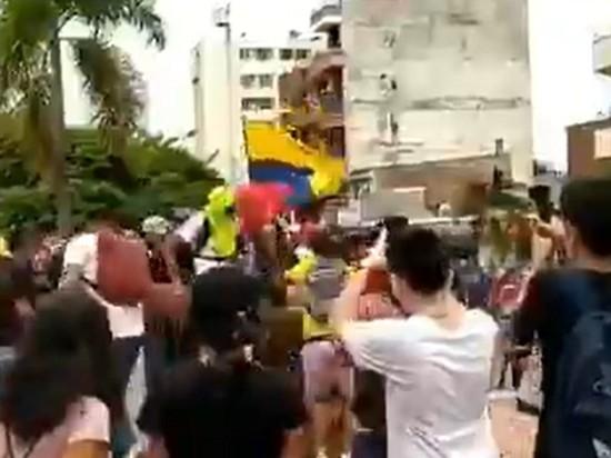 В Колумбии протестующие попытались прорваться в здание Конгресса