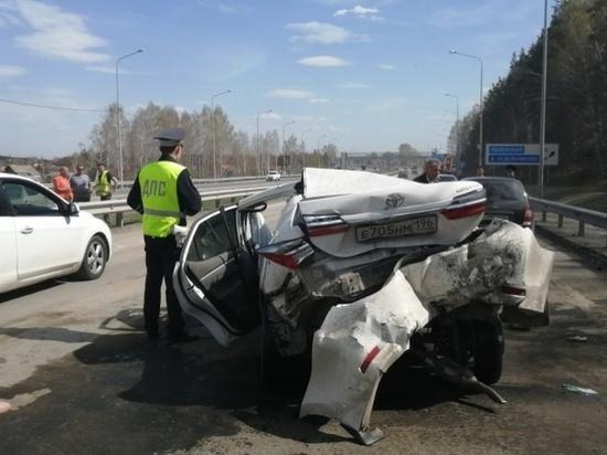 В массовой аварии на выезде из Екатеринбурга пострадали трое