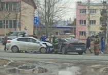 На перекрестке в Ноябрьске столкнулись две иномарки