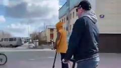 Глава Губкинского на самокате проверил состояние территорий города