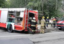 После ночного пожара в квартире жилого дома в Староватутинском проезде были обнаружены тела двух человек с ножевыми ранениями