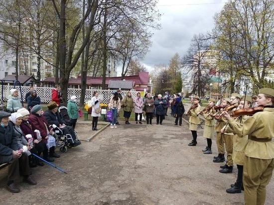В Чебоксарах возле домов ветеранов прошли поздравительные концерты