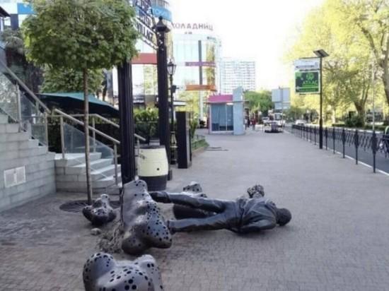 Хулиганы опрокинули скульптуру Рыжего из «Иванушек» в Сочи