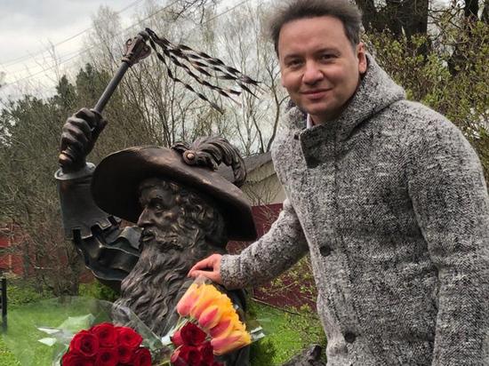 Владимиру Этушу поставили памятник в образе Карабаса в деревне Долгиниха