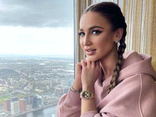 Телеведущая и певица Ольга Бузова выложила в сториз Instagram видео, в котором обратилась к своим поклонникам