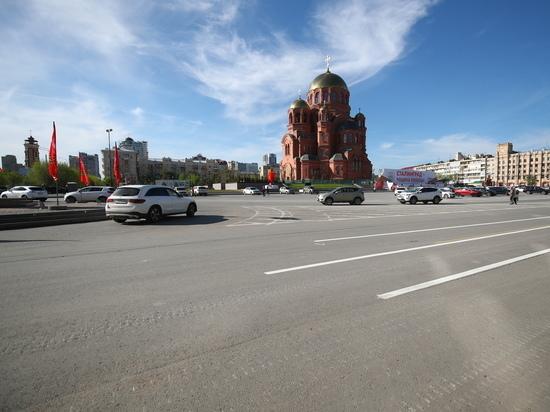 В центре Волгограда обследуют состояние асфальта после парада