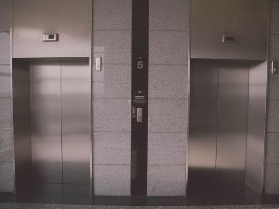В Бийске мужчина пел в лифте перед зеркалом, а потом унес его с собой