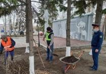 В Алтайском крае для уборки памятников и мемориалов привлекли осужденных.