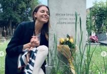Фанаты раскритиковали Любовь Толкалину за фотосессию на могиле Бродского