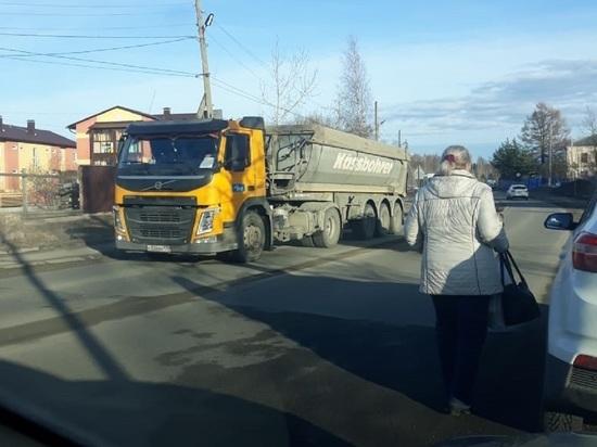 Машины-камневозы курсируют через Старую Кукковку, где нет тротуаров