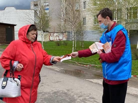 Брошюры о мемориальных комплексах в Псковской области раздают волонтёры региона