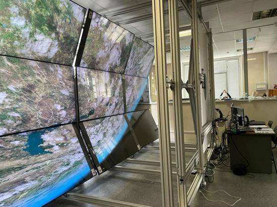 Иллюзия иллюминатора МКС достигается с помощью нескольких телевизоров, выставленных под определенным углом