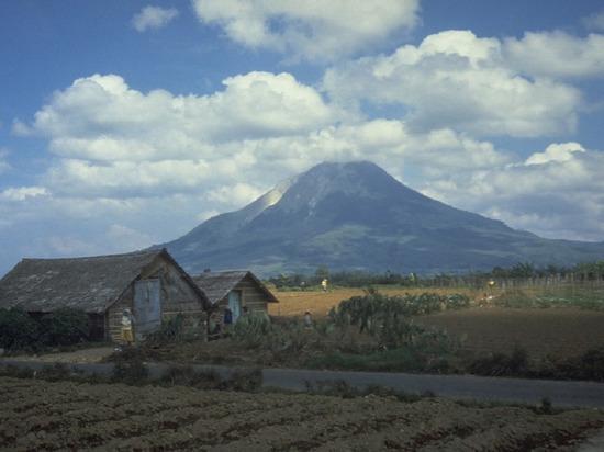 В Индонезии начал извергаться вулкан Синабунг