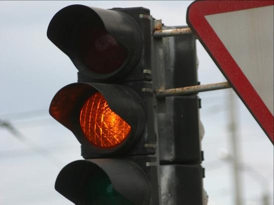 В Омске дептранс изменил режим работы светофора у «Континента» в час пик