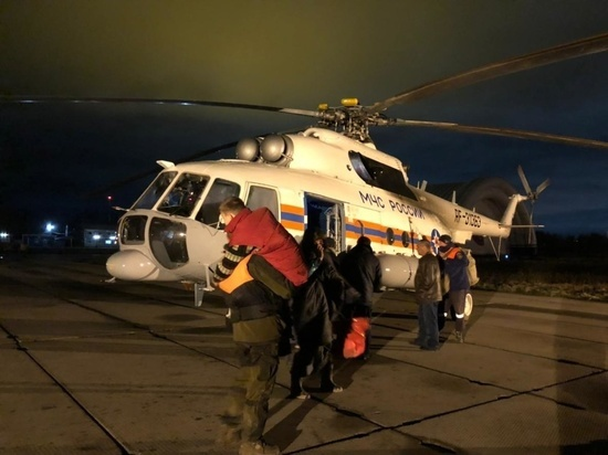 Троих рыбаков и восьмилетнего мальчика эвакуировал с острова в Хабаровском районе вертолет МЧС