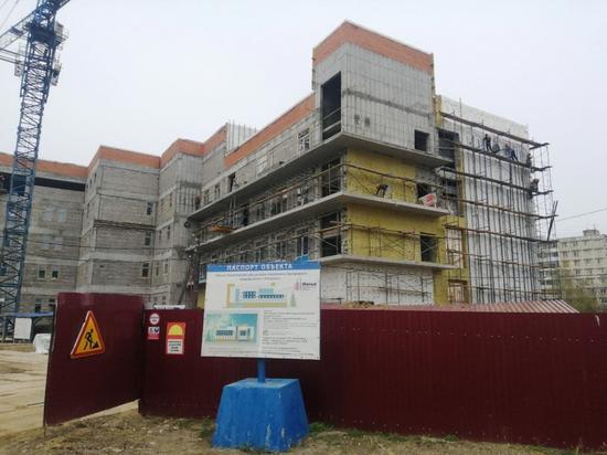 В новой детской поликлинике в Хабаровске монтируют фасад