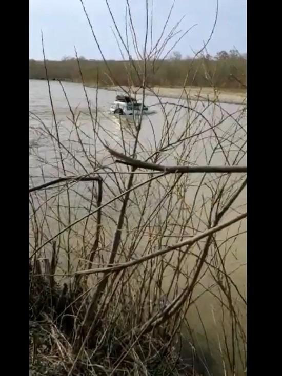 На Сахалине отважный джипер увяз в реке