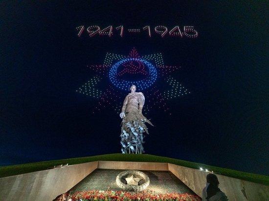 В ночь на 8 мая уникальное световое шоу прошло над Ржевским мемориалом Советскому солдату