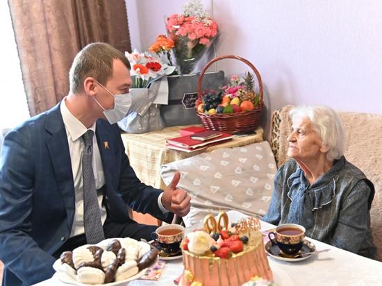 Врио губернатора Хабаровского края выпил с ветераном чаю и поговорил о жизни