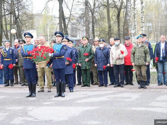 В сквере у Дома офицеров почтили память погибших в ВОВ