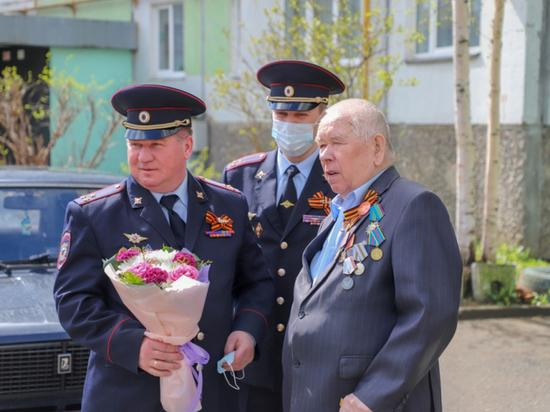 Сотрудники псковской полиции поздравили ветеранов с наступающим Днём Победы