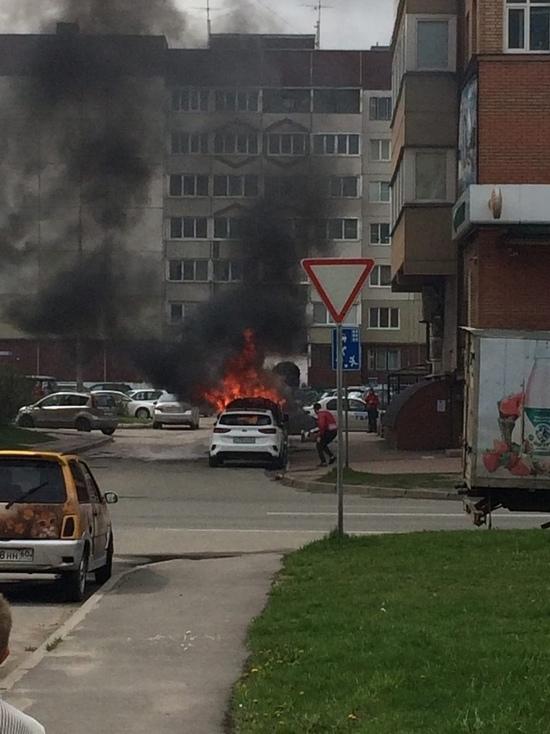 Автомобиль горел на улице Рокоссовского в Пскове