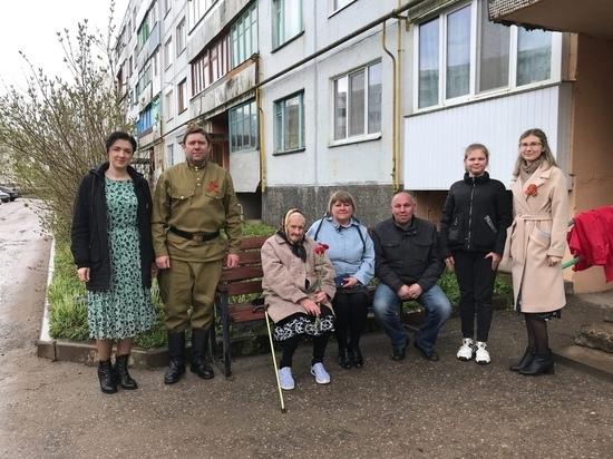 В Палкино для ветерана ВОВ организовали концерт прямо во дворе дома