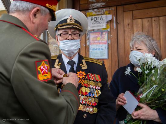 Парад у дома ветерана: в Петрозаводске поздравили Бориса Бойцова