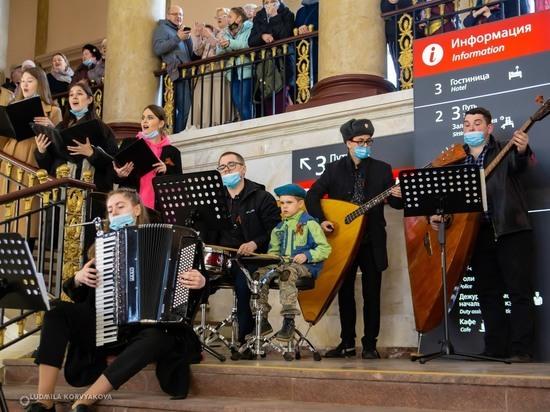 На железнодорожном вокзале Петрозаводска исполнили военные песни