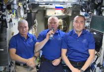 Члены экипажа Международной космической станции записали видеопоздравление в День Победы, которое было опубликовано Роскосмосом