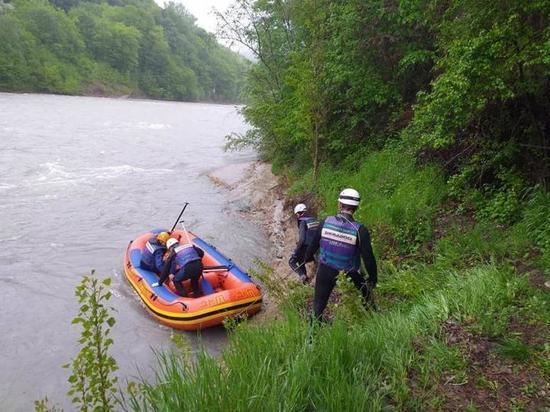 В Адыгее двое туристов сорвались в реку, делая селфи