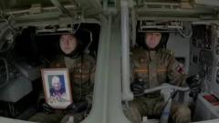 Участник Парада Победы проехал по Красной площади с портретом ветерана в руках