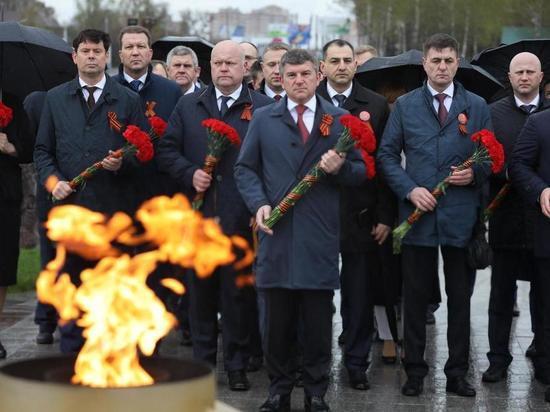 И. Маковский возложили цветы к первому Мемориалу героям-энергетикам