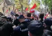В Одессе украинские националисты набросились на женщину с портретом марша Георгия Жукова и георгиевской лентой, сообщает Telegram-канал «Политика страны»