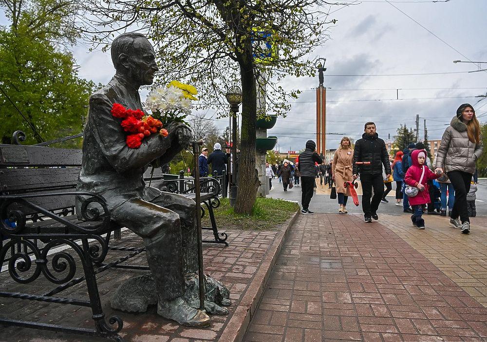 Сотни людей, портреты героев, военные песни: фоторепортаж со Дня Победы в Калуге