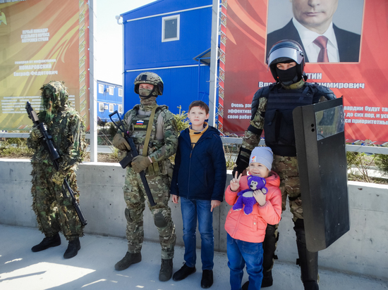 """Бойцы """"Беркута"""" показали свою базу детям росгвардейцев"""