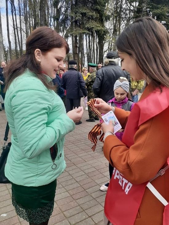 """Смоленские волонтеры присоединилась к акции """"Георгиевская лента"""""""