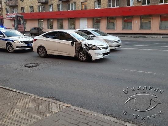 В Твери столкнулись автомобиль и мотоцикл