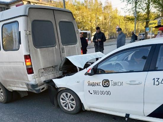 Такси врезалось в маршрутку на улице Ватутина в Новосибирске утром 10 мая