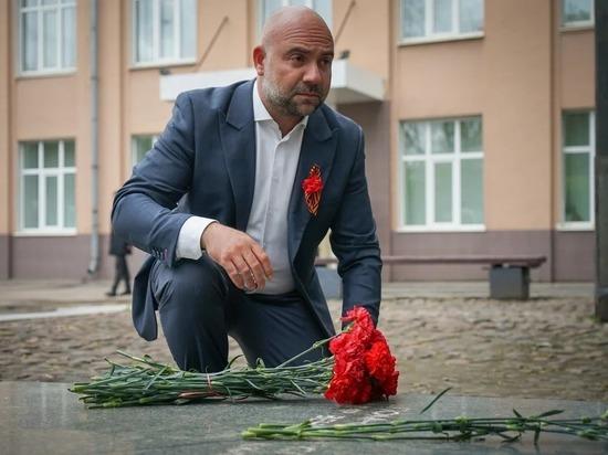 Телеведущий Тимофей Баженов возложил цветы к мемориалу труженикам «Станколита»