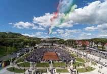 В Риме стартовал Italian Open-2021, совместный турнир ATP и WTA, и на этот раз на грунт выйдет даже Новак Джокович, пропустивший последний «Мастерс» в Риме. Топ-теннисисты будут сражаться за очки и очень сильно урезанные призовые — фонд римского турнира в этом году за последние двадцать лет так сильно не падал. При этом итальянцы решили прервать постпандемийную традицию увеличивать выплаты рано вылетевшим: теперь они получат копейки. «МК-Спорт» рассказывает все о деньгах Italian Open.