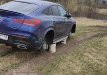 В Кузбассе  с дорогого «Мерседеса» сняли колеса