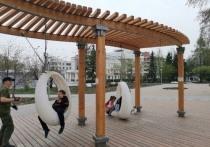Вандалы сломали дизайнерские качели на Театральной площади в Омске