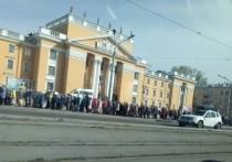 Жители Новокузнецка застряли в километровых очередях на остановках