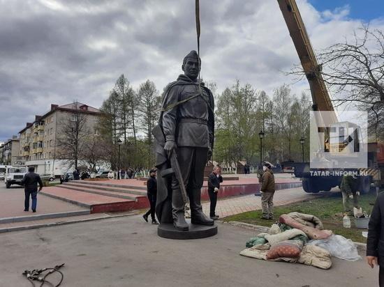 На месте сгоревшего памятника в Заинске установили накануне праздника новый монумент.