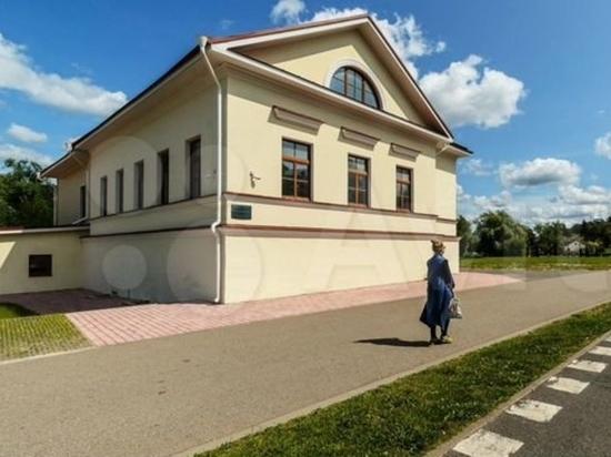 Дом, возводившийся под кафе на берегу реки, за 49 миллионов продают в Пскове