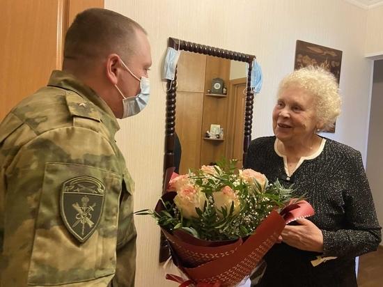 Псковские росгвардейцы поздравили вдову ветерана с Днём Победы
